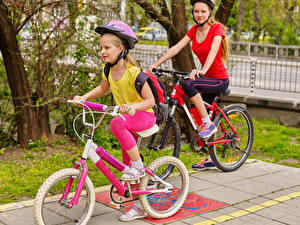 Bilder Zwei Kleine Mädchen Fahrräder Helm kind