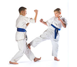 Bilder Weißer hintergrund Jungen Zwei Trainieren Uniform Kinder