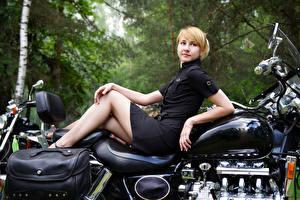 Bakgrundsbilder på skrivbordet Blond tjej Klänning Unga_kvinnor Motorcyklar