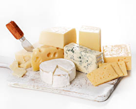 Bilder Käse Weißer hintergrund Schneidebrett Geschnitten