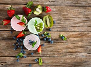 Bilder Cocktail Erdbeeren Heidelbeeren Kiwi Bretter Drei 3 Trinkglas Lebensmittel