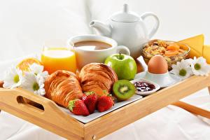 Bilder Croissant Erdbeeren Äpfel Powidl Saft Frühstück Ei Tasse Trinkglas Lebensmittel