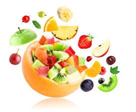 Bilder Obst Kreativ Erdbeeren Pflaume Kiwi Weißer hintergrund Lebensmittel