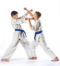 Fotos Weißer hintergrund Junge Zwei Körperliche Aktivität Hand Uniform Karate Kinder