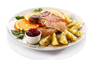 Bilder Fleischwaren Kartoffel Orange Frucht Weißer hintergrund Teller Lebensmittel