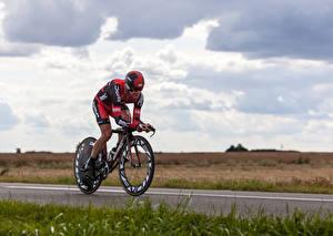 Bilder Mann Fahrrad Trainieren Uniform Helm