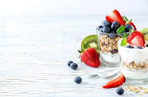 Bilder Müsli Obst Erdbeeren Heidelbeeren Joghurt Bretter Trinkglas Lebensmittel