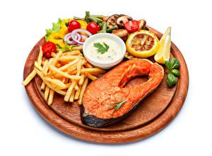 Bilder Meeresfrüchte Fische - Lebensmittel Fritten Gemüse Zitrone Lachs Weißer hintergrund Schneidebrett