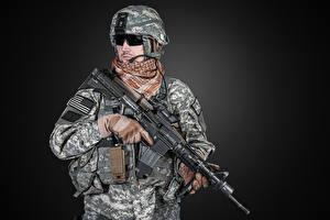 Hintergrundbilder Soldaten Sturmgewehr Grauer Hintergrund Uniform Brille Heer