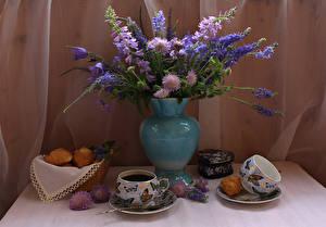 Fotos Stillleben Kaffee Backware Flockenblumen Glockenblumen Rittersporne Tasse Vase Lebensmittel Blumen