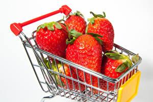 Bilder Erdbeeren Großansicht Weißer hintergrund Weidenkorb Lebensmittel