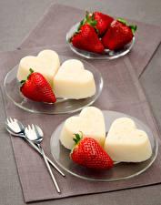 Bilder Süßware Speiseeis Erdbeeren Teller Herz Lebensmittel