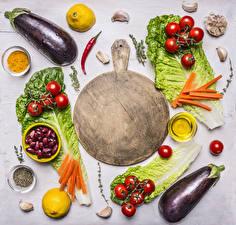 Bilder Gemüse Aubergine Tomate Zitrone Gewürze Grauer Hintergrund Schneidebrett