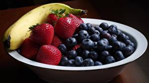 Fotos Bananen Erdbeeren Heidelbeeren Teller Lebensmittel