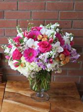 Bilder Sträuße Gerbera Rosen Levkojen Orchideen Mauer Vase
