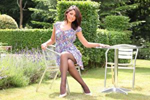 Fotos Bryoni-Kate Williams Braune Haare Sitzend Kleid junge Frauen