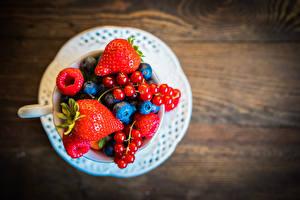 Fotos Johannisbeeren Erdbeeren Heidelbeeren Himbeeren Beere Teller Lebensmittel