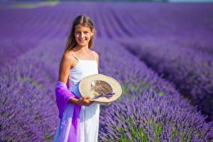 Bakgrundsbilder på skrivbordet En åker Lavendelsläktet En flicka Leende Hatt barn