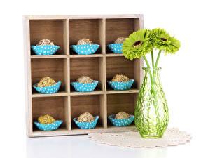 Hintergrundbilder Gerbera Süßware Bonbon Weißer hintergrund Vase Lebensmittel Blumen