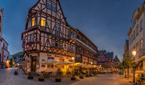 Bilder Deutschland Gebäude Straße Nacht Straßenlaterne Regenschirm Bacharach Städte