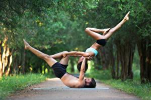 Fonds d'écran Gymnastique Homme 2 Aux cheveux bruns Activité physique Jambe Main Sport Filles