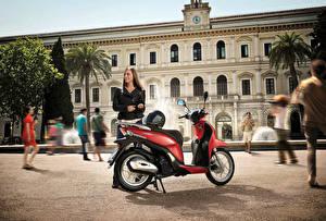 Bakgrundsbilder på skrivbordet Honda - Motorcyklar Skoter Motorcyklist Brunhårig tjej Hjälm 2013-16 SH Mode 125 Unga_kvinnor