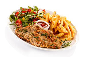 Bilder Fleischwaren Fritten Gemüse Weißer hintergrund Teller Ketchup Lebensmittel
