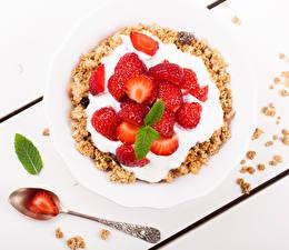 Fotos Müsli Erdbeeren Teller Die Sahne Löffel Lebensmittel