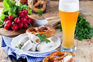 Bilder Radieschen Bier Fleischwaren Frankfurter Würstel Backware Trinkglas Schaum Lebensmittel