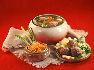 Fotos Suppe Fleischwaren Gemüse Roter Hintergrund
