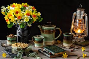 Fotos Stillleben Sträuße Narzissen Petroleumlampe Pfeifkessel Torte Tasse Buch Lebensmittel Blumen