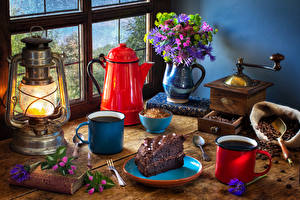 Fotos Stillleben Sträuße Pfeifkessel Petroleumlampe Kaffee Torte Vase Bücher Becher Stück Lebensmittel