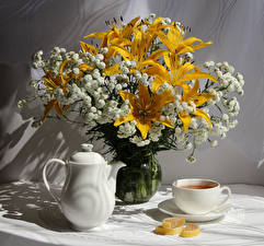 Fotos Stillleben Sträuße Lilien Flötenkessel Marmelade Tasse Blumen Lebensmittel