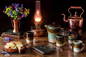 Hintergrundbilder Stillleben Sträuße Tulpen Petroleumlampe Flötenkessel Torte Tasse Buch Brille Stück Lebensmittel