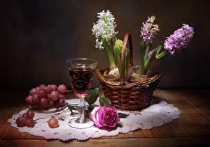 Fotos Stillleben Hyazinthen Wein Weintraube Rose Tisch Weidenkorb Weinglas Blumen Lebensmittel