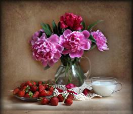 Bilder Stillleben Pfingstrosen Erdbeeren Vase Tasse Blumen Lebensmittel
