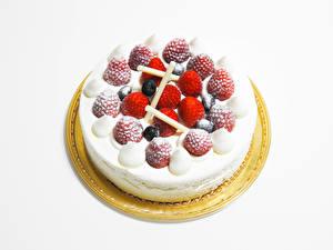 Fotos Süßware Torte Erdbeeren Weißer hintergrund Lebensmittel