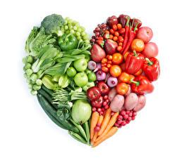 Bilder Gemüse Tomate Peperone Äpfel Kartoffel Mohrrübe Weintraube Radieschen Weißer hintergrund Design Herz