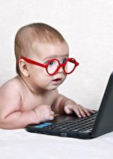 Bilder Weißer hintergrund Junge Brille Notebook Kinder