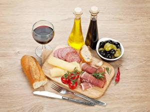 Bilder Wein Oliven Brot Schinken Wurst Käse Tomate Schneidebrett Flaschen Weinglas das Essen