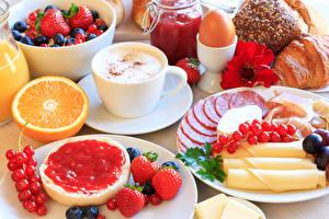 Bilder Cappuccino Wurst Käse Konfitüre Erdbeeren Johannisbeeren Frühstück Tasse Ei das Essen