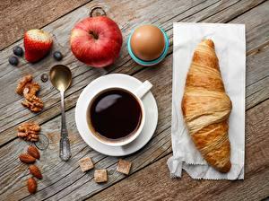 Fotos Kaffee Croissant Äpfel Löffel Tasse Bretter Lebensmittel