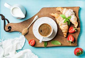 Bilder Kaffee Croissant Erdbeeren Milch Schneidebrett Tasse Lebensmittel