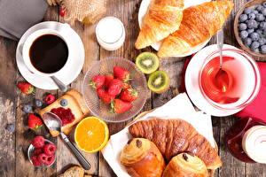 Fotos Kaffee Himbeeren Erdbeeren Croissant Chinesische Stachelbeere Apfelsine Heidelbeeren Brot Konfitüre Frühstück Tasse Trinkglas Lebensmittel