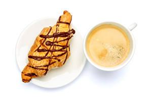 Bilder Croissant Kaffee Weißer hintergrund Teller Tasse Lebensmittel