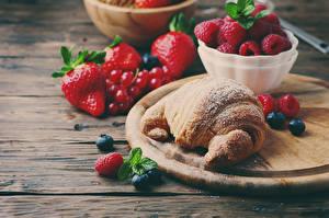 Hintergrundbilder Croissant Himbeeren Heidelbeeren Erdbeeren Schneidebrett Bretter