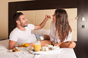 Hintergrundbilder Liebe Mann Zwei Frühstück Braune Haare Freude Bett Mädchens