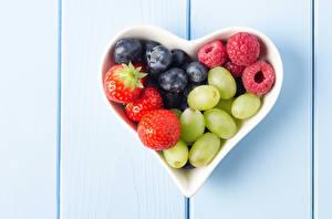 Bilder Himbeeren Erdbeeren Heidelbeeren Weintraube Beere Herz