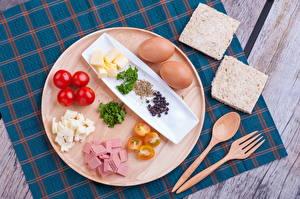 Fotos Wurst Tomate Brot Bretter Frühstück Ei Essgabel Löffel