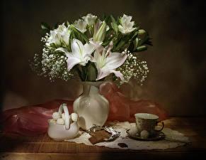 Fotos Stillleben Sträuße Lilien Schokolade Bonbon Vase Tasse Blumen Lebensmittel